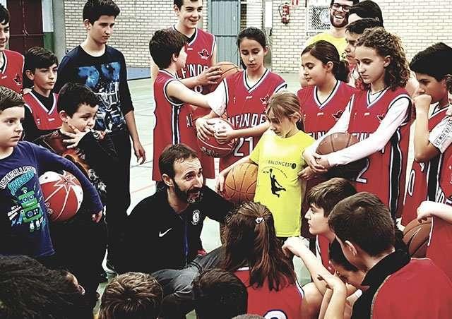 Sito Alonso participó en un entrenamiento con los chicos y chicas de la Escuela de Baloncesto