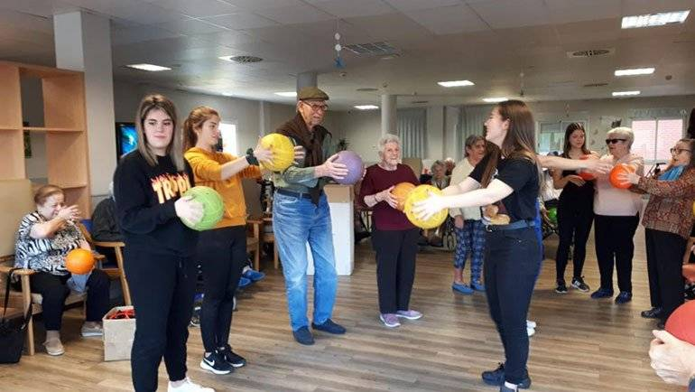 Los alumnos del IES realizan actividades para mejorar el estado físico de los mayores con el objetivo de 'humanizarse'