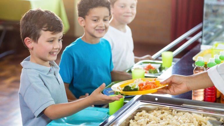 El Ayuntamiento autoriza a los centros escolares a compensar las becas de comedor a las familias beneficiarias