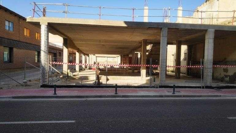 Reparado el tramo de acera de la calle Mayor que colinda con la obra del centro humanístico